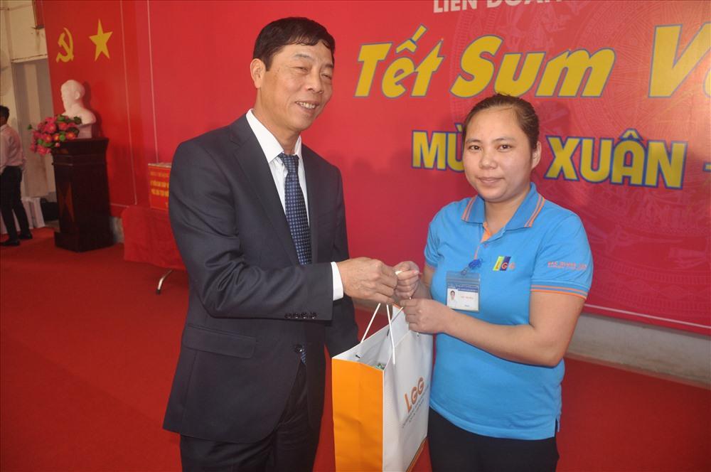 Đồng chí Bùi Văn Hải- Ủy viên Trung ương Đảng, Bí thư Tỉnh ủy, Chủ tịch Hội đồng Nhân dân tỉnh Bắc Giang – trao quà tới công nhân lao động.