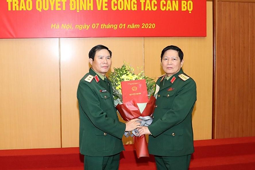 Đại tướng Ngô Xuân Lịch trao Quyết định cho Trung tướng Nguyễn Tân Cương. Ảnh BQP