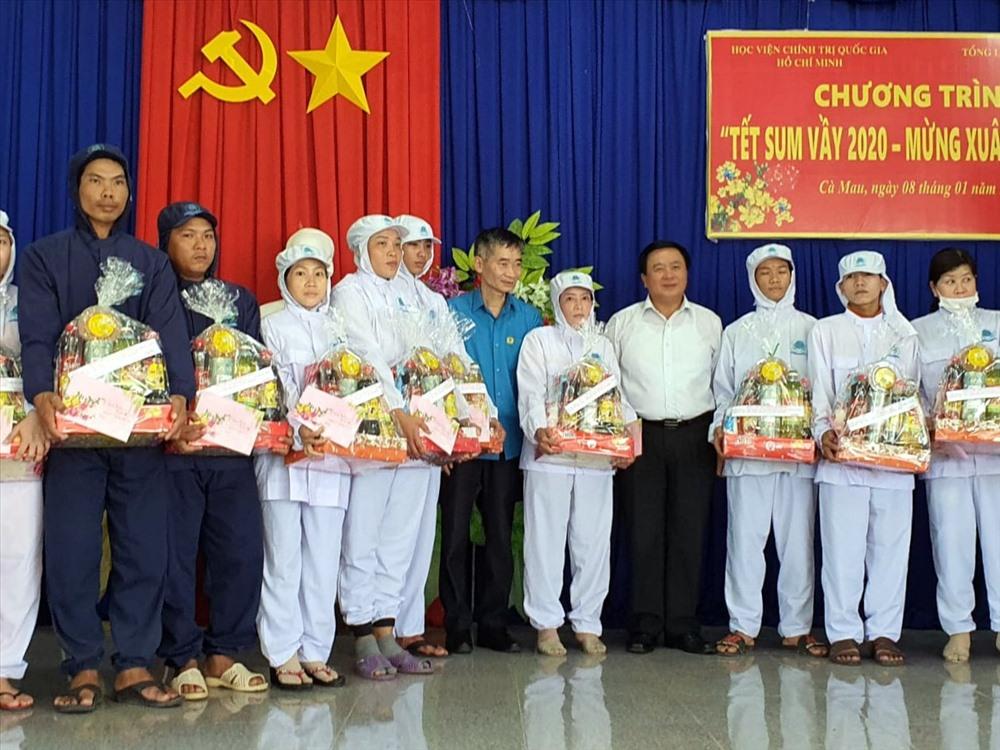 Đồng chí Nguyễn Xuân Thắng cùng đồng chí Trần Văn Thuật trao quà cho công nhân (ảnh Nhật Hồ)