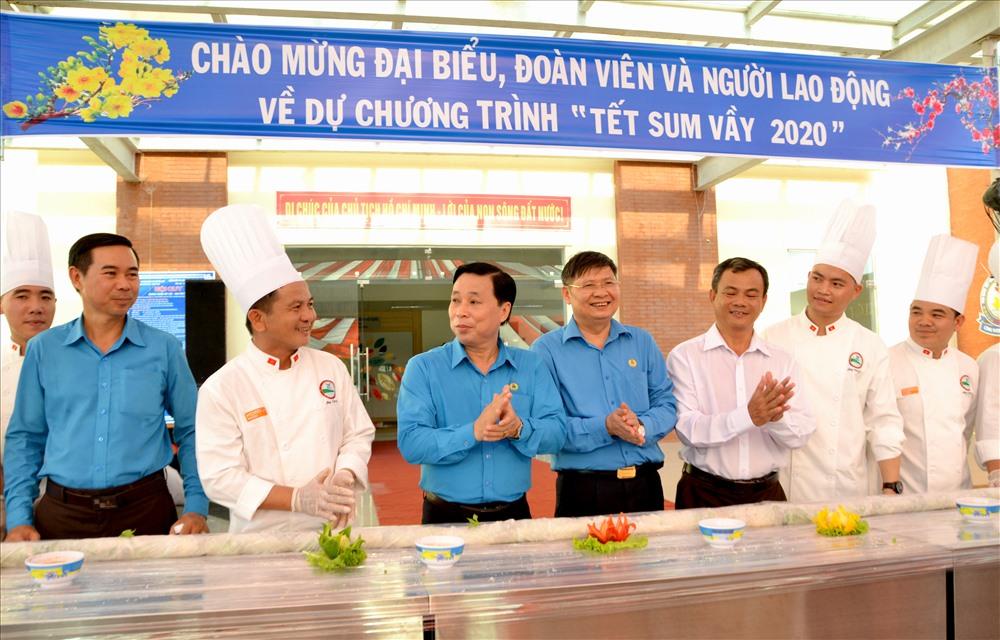 Lãnh đạo LĐLĐ huyện Phú Quốc và tỉnh Kiên Giang chung vui với CNLĐ. Ảnh: LT