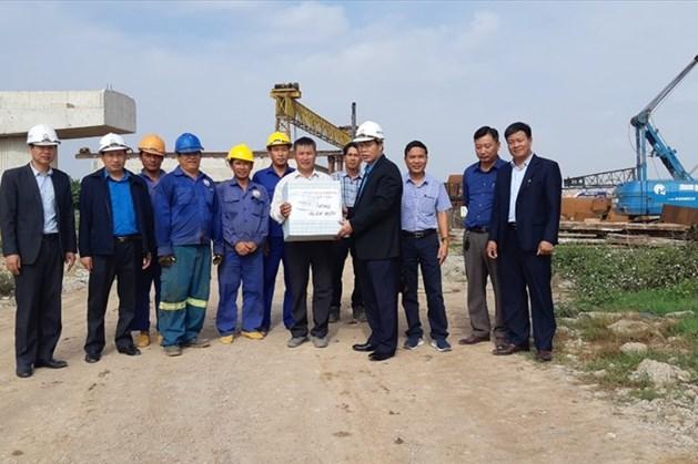Lãnh đạo Công đoàn Giao thông Vận tải Việt Nam trao quà Tết cho tập thể cán bộ, kỹ sư, công nhân lao động đang xây dựng cầu Phật Tích (Bắc Ninh). Ảnh: Văn Cảnh