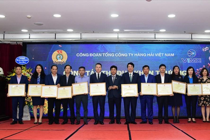 Đồng chí Lê Phan Linh (thứ 7 từ phải sang) nhận Bằng khen của Tổng Liên đoàn Lao động Việt Nam. Ảnh: CĐHH
