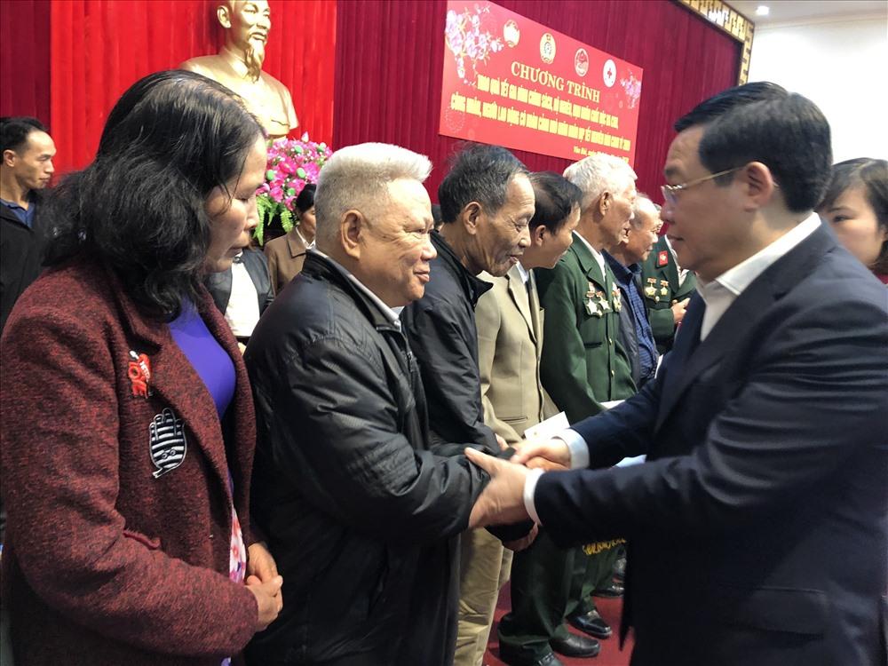 Phó Thủ tướng Vương Đình Huệ tặng quà người có hoàn cảnh khó khăn tỉnh Yên Bái. Ảnh: V.L