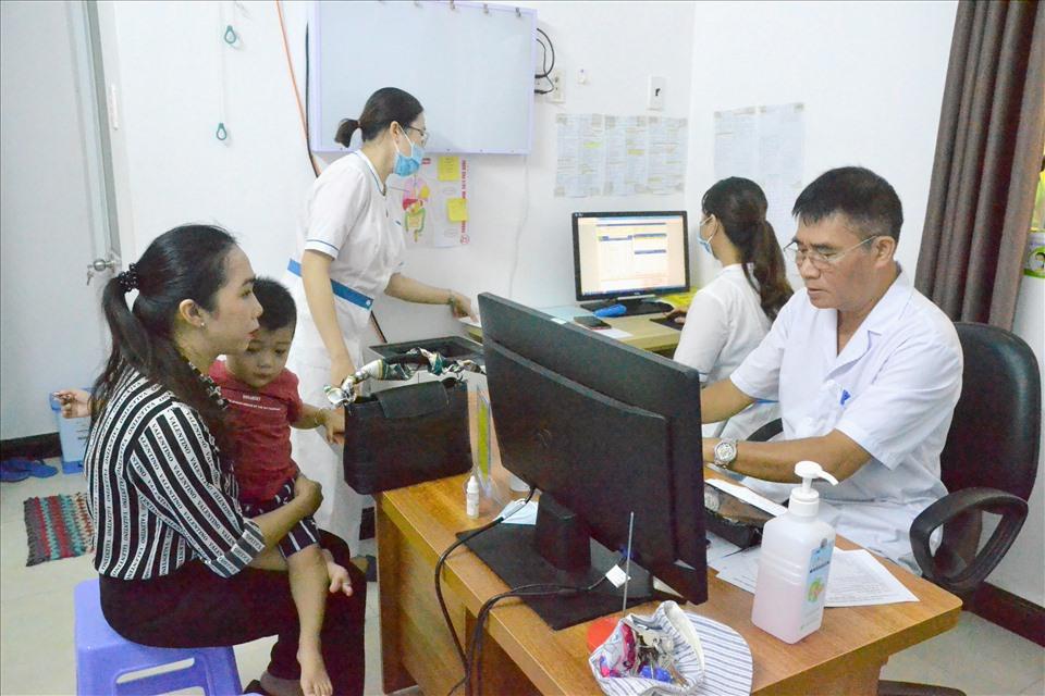 Nhân dịp Tết Trung thu 2020, LĐLĐ huyện Phú Quốc đã liên kết với Phòng khám Đa khoa 30.4 Phú Quốc (tọa lạc thị trấn Dương Đông- Phú Quốc – Kiên Giang), tổ chức khám, điều trị miễn phí cho thiếu nhi đang sinh sống trên hòn đảo nằm giữa biển Tây của Tổ quốc. Ảnh: Lục Tùng