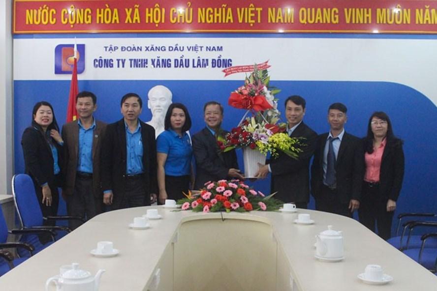 Ông Hoàng Liên, Chủ tịch LĐLĐ tỉnh(bên trái) thăm và chúc mừng Công ty TNHH Xăng dầu Lâm Đồng. Ảnh Thy Vũ