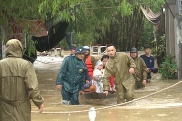 Lực lượng cứu hộ hỗ trợ đưa người dân thoát khỏi vùng ngập ở Huế. Ảnh: Phúc Đạt