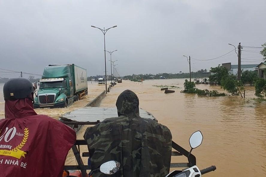 Nhiều nơi ở huyện Phong Điền bị ngập nặng, người dân phải di chuyển bằng máy cày, ca nô. Ảnh chụp sáng 13.10: Phúc Đạt.