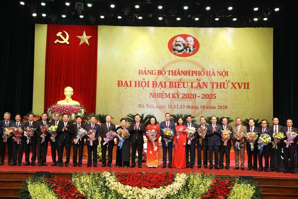 Ban Chấp hành Đảng bộ Hà Nội khoá XVII tặng hoa cho các Thành uỷ viên khoá XVI không tái cử. Ảnh: TTBC
