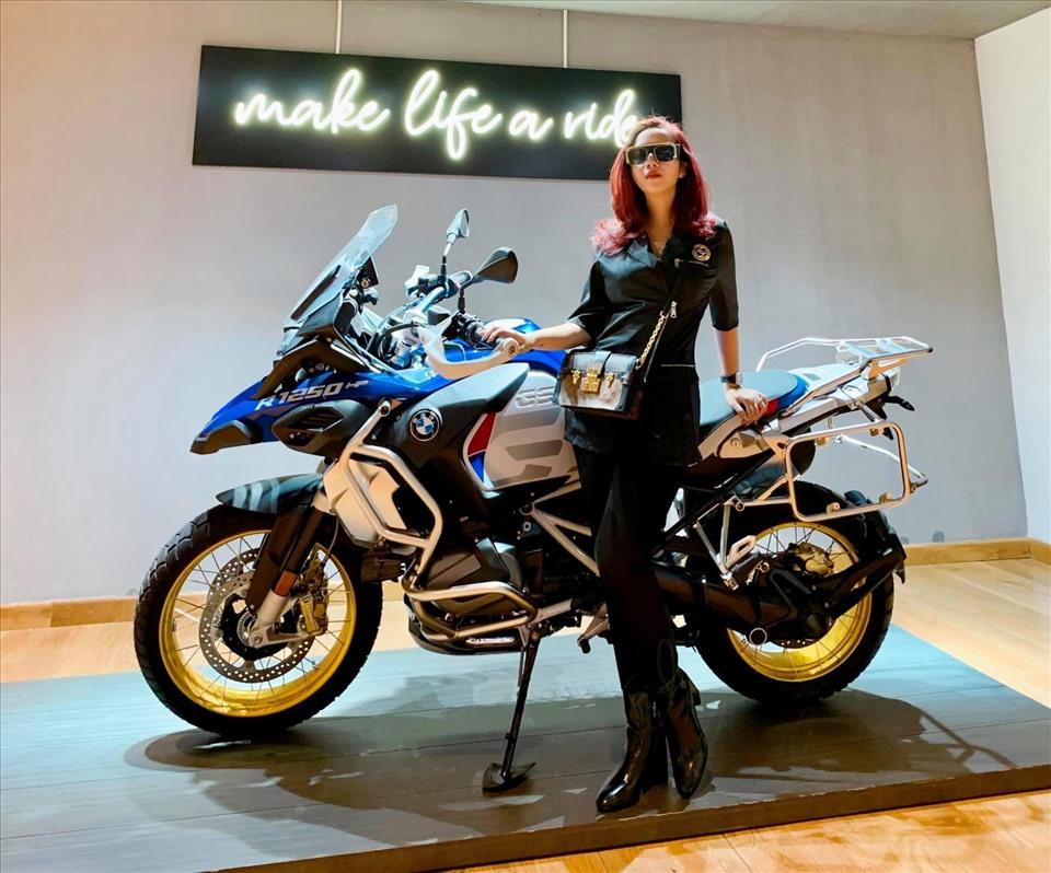 Sự kết hợp giữa môtô và thời trang có thể làm cho người phụ nữ trở nên thời thượng hơn. Ảnh: NVCC.