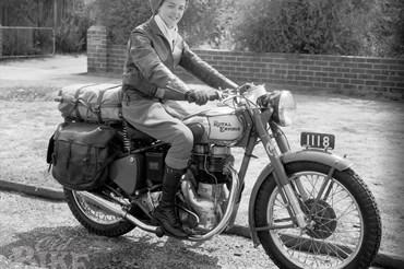 Winifred Wells chuẩn bị hành trình đầu tiên bên ngoài nhà của bà ở Perth năm 1951. Ảnh: Old Bike Australasia.