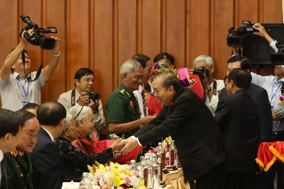 Đồng chí Trương Hòa Bình tặng hoa Mẹ Việt Nam Anh hùng. Ảnh: K.Q
