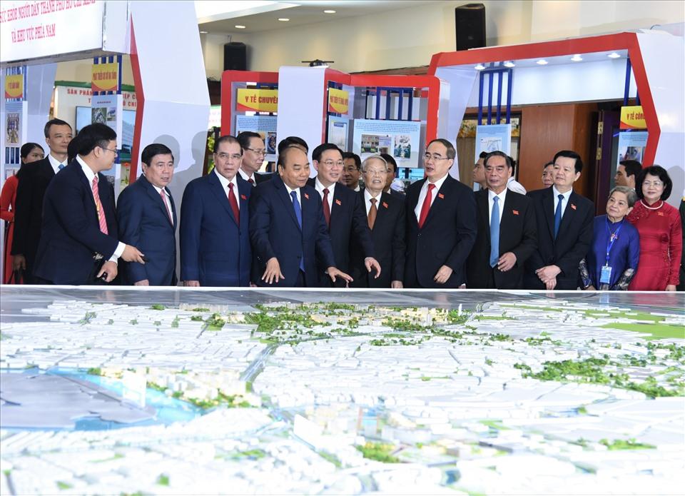 Các đồng chí lãnh đạo, nguyên lãnh đạo Đảng, Nhà nước xem bản đồ quy hoạch TPHCM được trưng bày tại triển lãm của Đại hội Đảng bộ TPHCM lần thứ XI. Ảnh Nam Dương