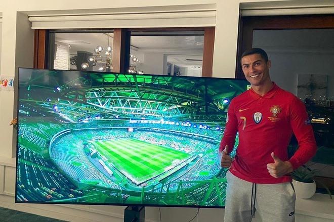 Ronaldo theo dõi Bồ Đào Nha thi đấu qua tivi. Ảnh chụp màn hình