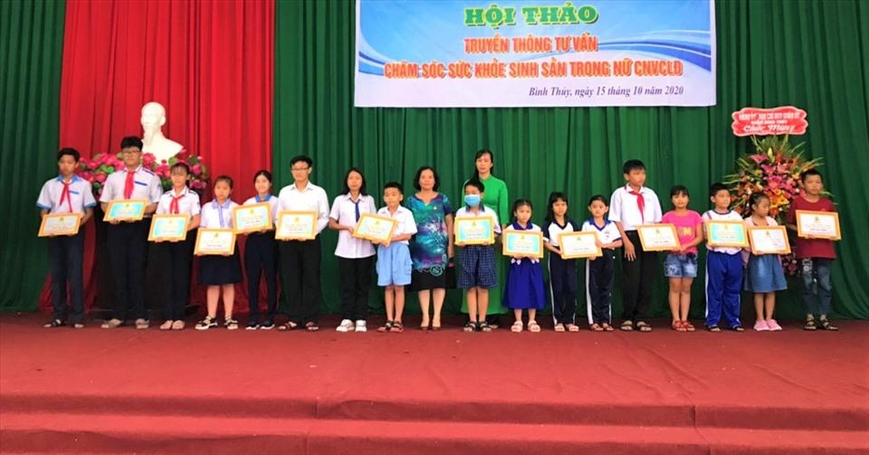 LĐLĐ quận Bình Thủy trao 81 suất học bổng cho các em học sinh, sinh viên là con của đoàn viên CNVCLĐ có thành tích vượt khó học giỏi.