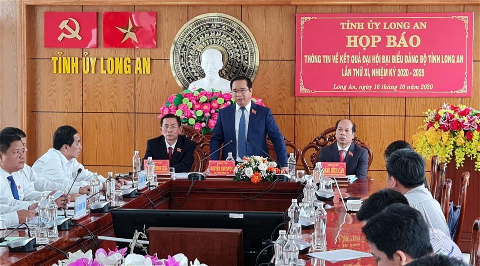 Bí thư Tỉnh ủy Long An - ông Nguyễn Văn Được - chủ trì họp báo sau Đại hội. Ảnh: K.Q