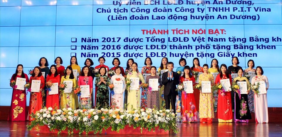 90 nữ CNVCLĐ tiêu biểu được biểu dương tại hội nghị. Ảnh MD