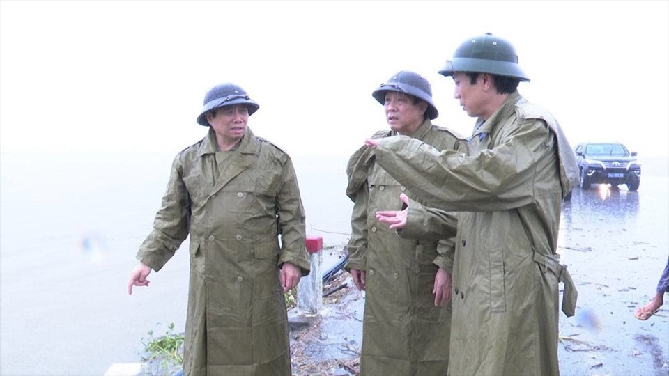 Ông Phạm Minh Chính (giữa) cùng đoàn công tác kiểm tra công tác khắc phục hậu quả lũ trên địa bàn tỉnh Quảng Trị. Ảnh BTC