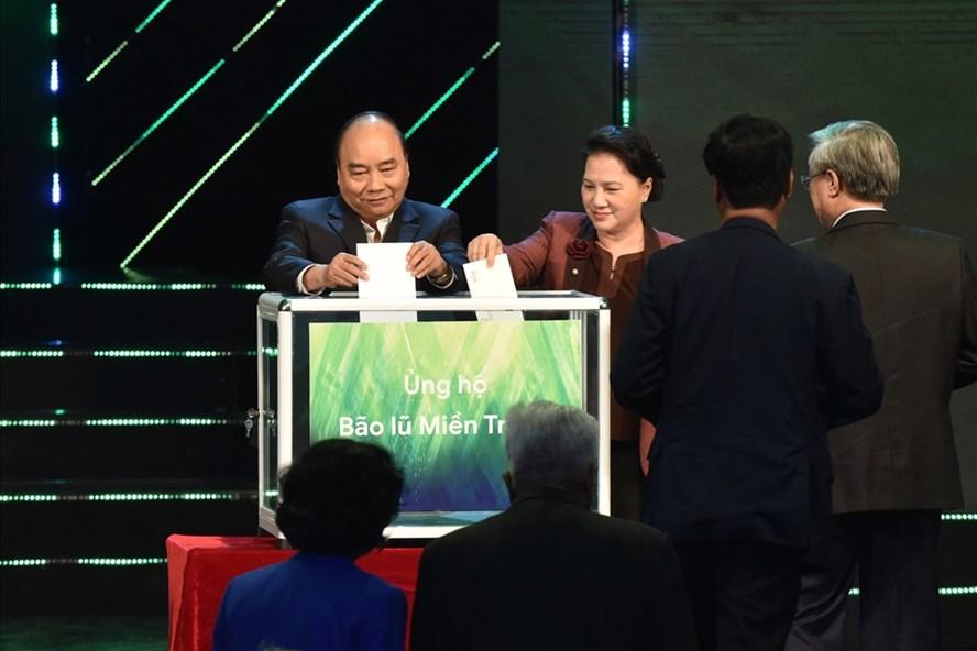Thủ tướng Nguyễn Xuân Phúc, Chủ tịch Quốc hội Nguyễn Thị Kim Ngân cùng các đại biểu khuyên góp ủng hộ đồng bào miền Trung. Ảnh VGP