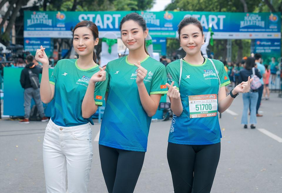2 Hoa hậu cùng đọ dáng bên MC Mai Ngọc. Ảnh: Hoà Nguyễn.