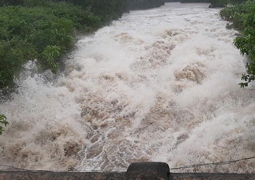 Hồ Kẻ Gỗ đang xả tràn với lưu lượng lớn. Ảnh: CTV