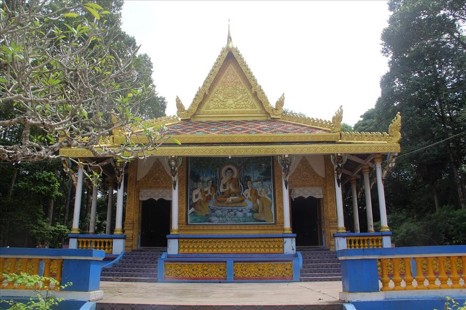 Theo thư tịch cổ của Chùa Dơi còn lưu giữ được, chùa này được khởi dựng từ năm 1569, do ông Thạch Út đứng ra xây dựng. Khởi đầu, chùa được xây dựng bằng gỗ, lợp lá dừa nước. Trải qua nhiều lần tu sửa, đến năm 1960, ngôi chính điện được trùng tu lại bằng vật liệu kiên cố.