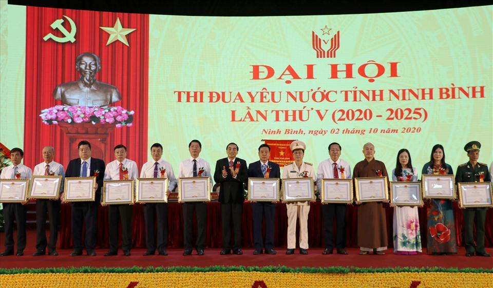 Trao Bằng khen của Chủ tịch UBND tỉnh Ninh Bình cho các cá nhân và tập thể có thành tích xuất sắc trong các phong trào thi đua của tỉnh giai đoạn 2015 - 2020. Ảnh: NT