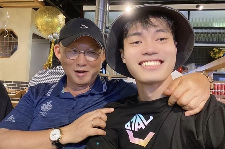 Văn Toàn đưa HLV Park đi ăn mừng sinh nhật sau trận thắng TPHCM