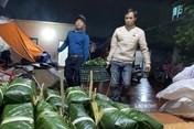 Hà Nội: Thâu đêm gói gần 2.000 chiếc bánh chưng gửi đồng bào miền Trung