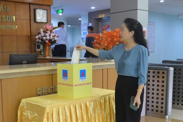 Bà Khuất Thị Lê – Chủ tịch Công đoàn cơ sở Công ty tham gia ủng hộ đồng bào miền Trung. Ảnh: CĐ DK
