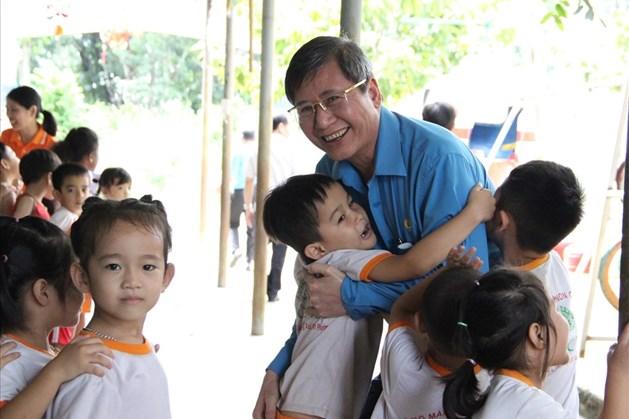 Phó Chủ tịch Thường trực Tổng LĐLĐVN Trần Thanh Hải thăm học sinh là con em công nhân tại Bình Phước. Ảnh: Đình Trọng