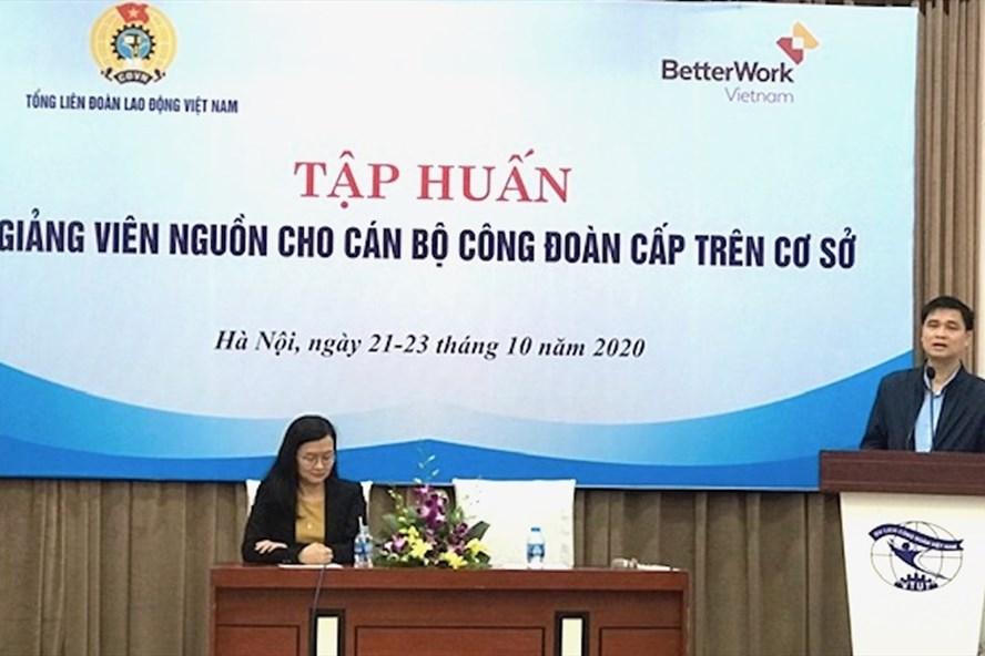 Ông Ngọ Duy Hiểu, Phó Chủ tịch Tổng LĐLĐVN phát biểu tại lớp tập huấn. Ảnh: Minh Lĩnh