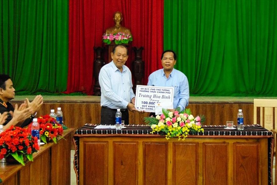 Phó Thủ tướng Thường trực Trương Hòa Bình đã trao 100 triệu đồng tặng Quỹ Khuyến học huyện Tây Giang. Ảnh: Thanh Chung