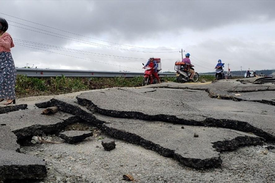 Quốc lộ 1A đoạn qua thị xã Hương Trà (tỉnh Thừa Thiên-Huế) bị hư hại nặng sau lũ. Ảnh: Phúc Đạt