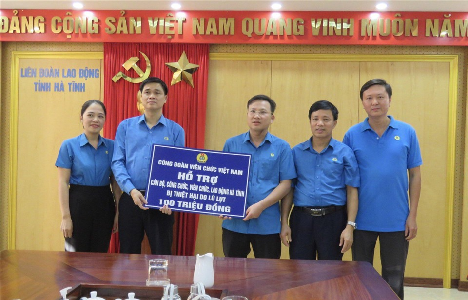 Ông Ngọ Duy Hiểu đã trao hỗ trợ số tiền 100 triệu đồng cho cán bộ, công chức, viên chức, người lao động Hà Tĩnh. Ảnh: Thái Nam