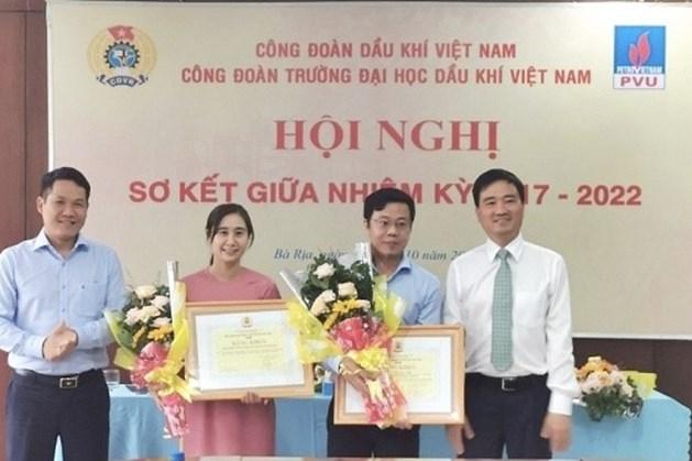 Phó Chủ tịch Công đoàn Dầu khí Việt Nam Vũ Anh Tuấn (thứ nhất từ phải sang)  trao bằng khen của Công đoàn Dầu khí Việt Nam  cho tập thể và cá nhân xuất sắc trong phong trào thi đua và xây dựng tổ chức Công đoàn Trường Đại học Dầu khí Việt Nam vững mạnh nhiệm kỳ 2017-2022. Ảnh: CĐ DK