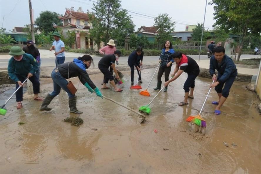 Cán bộ, đoàn viên thuộc LĐLĐ Can Lộc tham gia dọn vệ sinh sau lũ lụt tại xã Cẩm Vịnh. Ảnh: CĐ.