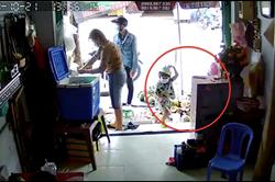 Phút chạm mặt gã thanh niên xúi bé trai trộm điện thoại