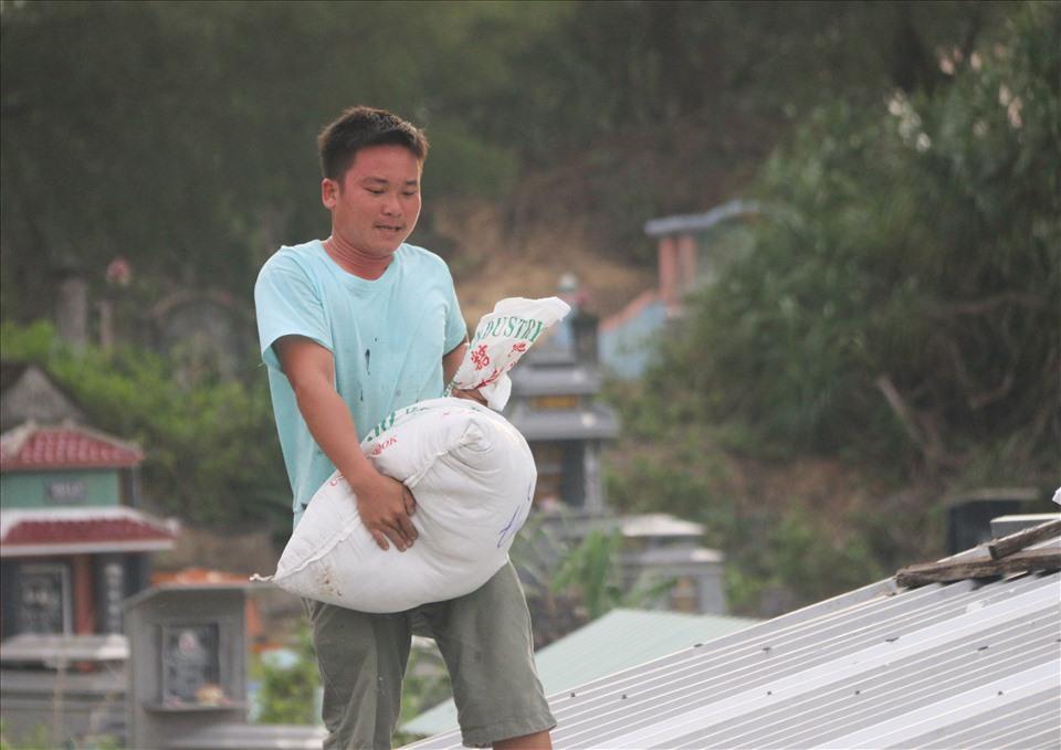 Tại xã đảo Tam Hải, nhiều người dân cũng đã khẩn trương chằng chống nhà cửa, gia cố nhà cửa bằng hàng chục các bao cát.