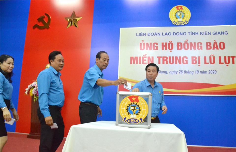 Lãnh đạo LĐLĐ tỉnh Kiên Giang tham gia ủng hộ. Ảnh: Lục Tùng