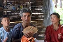 2 nông dân tìm chủ của tiền và vàng bỏ quên trong áo quần hỗ trợ lũ lụt
