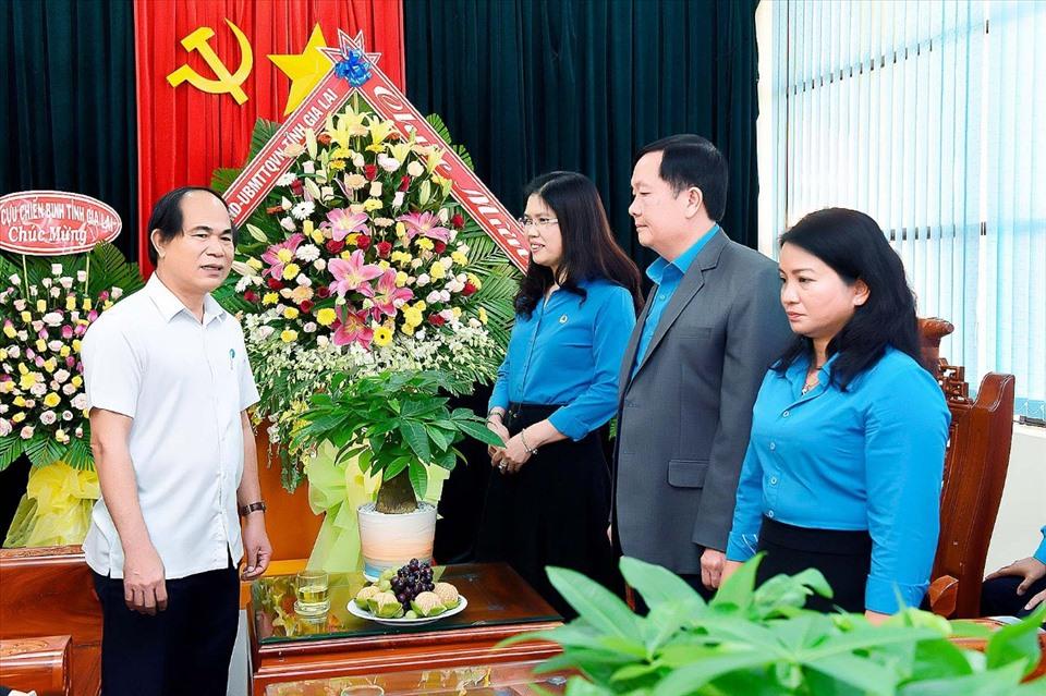 Ông Võ Ngọc Thành - Chủ tịch UBND tỉnh thăm hỏi lãnh đạo LĐLĐ tỉnh Gia Lai nhân kỷ niệm 75 năm ngày thành lập. Ảnh TA