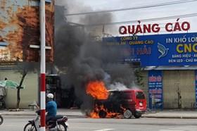 Xe ôtô cháy rụi, tài xế may mắn thoát ra ngoài