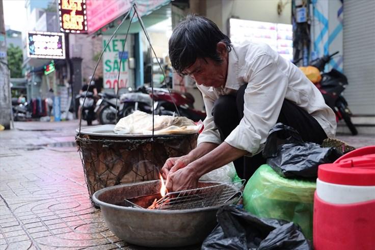 Tiếng rao 4.0: Nghẹn ngào trước hoàn cảnh của người đàn ông bán chuối nướng