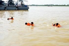 Quảng Ngãi: Cứu thành công 13 công nhân kẹt giữa sông Trà Khúc