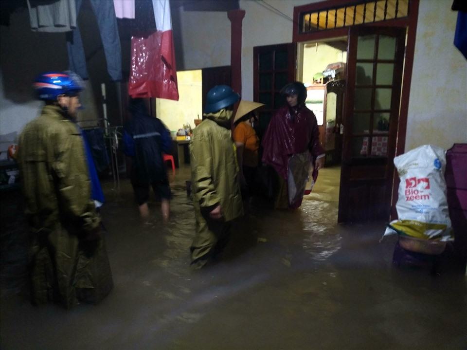 Chính quyền địa phương huyện Thanh Chương (Nghệ An) khẩn cấp hỗ trợ sơ tán, di dời đồ đạc hàng trăm hộ dân trong đêm 29.10. Ảnh: Đình Thọ