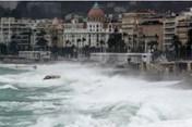 Bão lớn tấn công nước Pháp, hàng chục nghìn ngôi nhà bị mất điện
