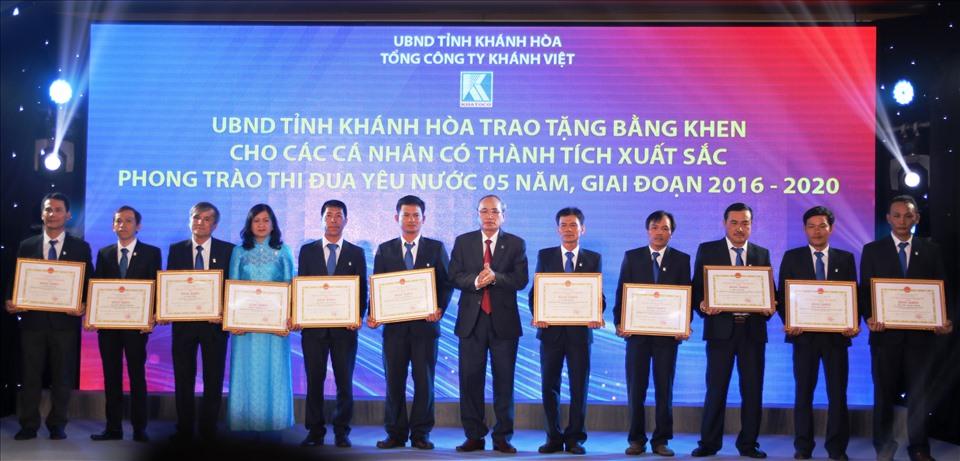 UBND tỉnh Khánh Hòa tặng bằng khen điển hình tiên tiến 5 năm giai đoạn 2016-2020 cho các cá nhân là CNVNLĐ Khatoco. Ảnh: Phương Linh