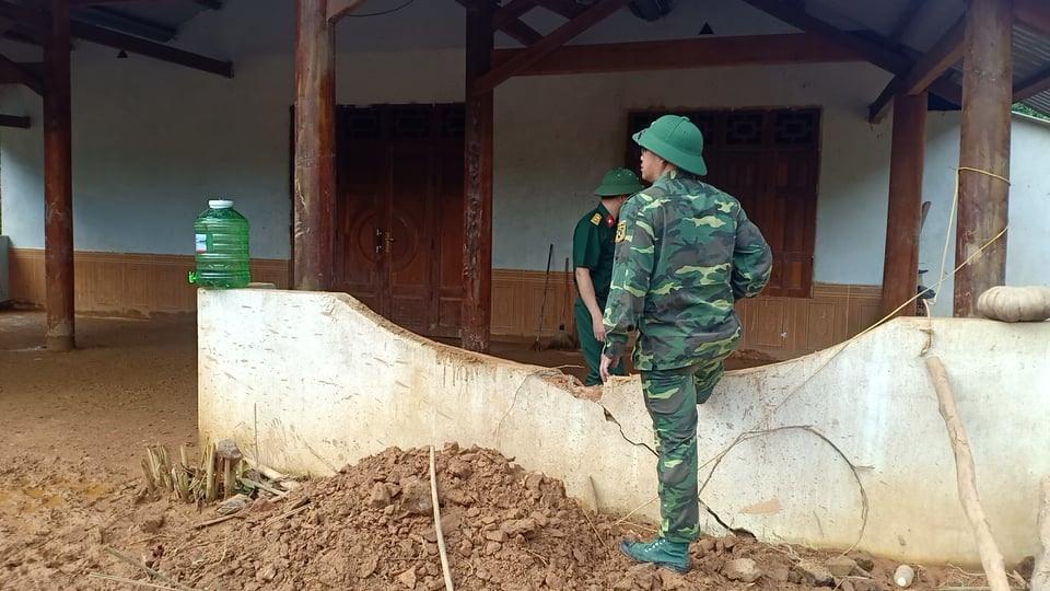 Hiện tại lực lượng chức năng đã thăm hỏi, dựng tạm một căn nhà cho gia đình anh A A Lăng Muôn sinh sống. Ảnh: Pơloong Plênh