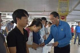 Tập đoàn và Công đoàn Dệt may Việt Nam trao hỗ trợ cho các đơn vị