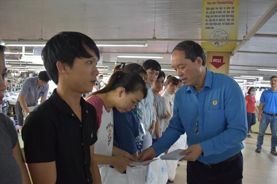 Chủ tịch Công đoàn Dệt may Việt Nam Lê Nho Thướng trao hỗ trợ cho công nhân lao động. Ảnh: CĐ DMVN